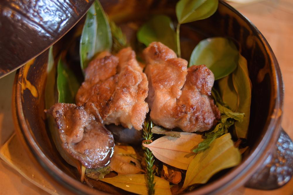 「葉っぱがシェフ」=カサカサと、野草をかき分けながらいただく食事。